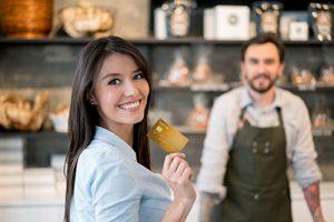 En kvinna betalar med sina köp med kreditkort